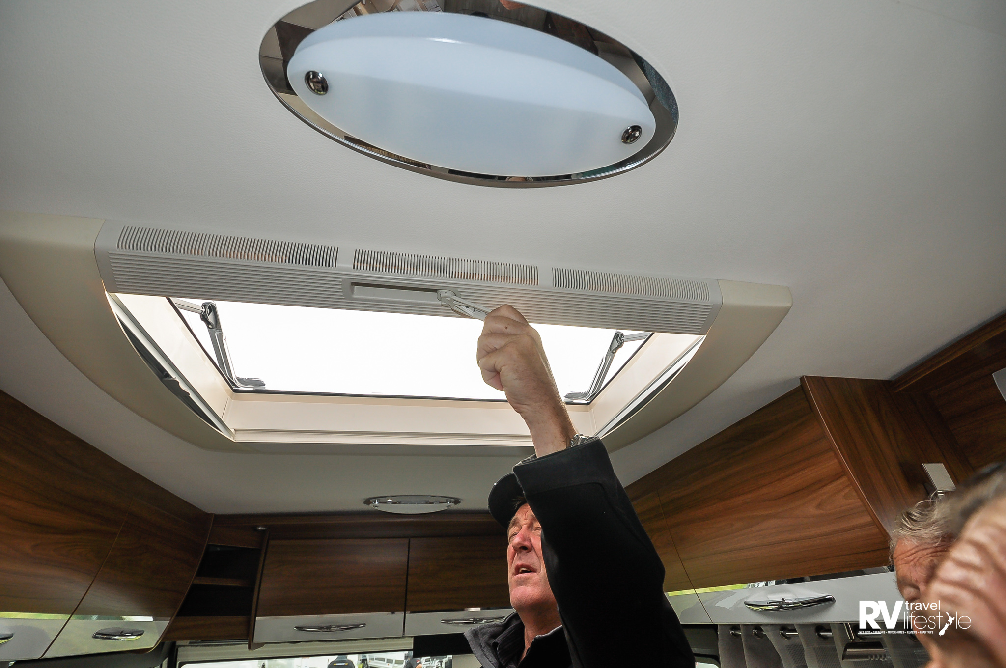 The 820mm x 520 panoramic sunroof opens with a winder and is on stays, what a great idea instead of push open and pull close – no blowing up in the wind with this model