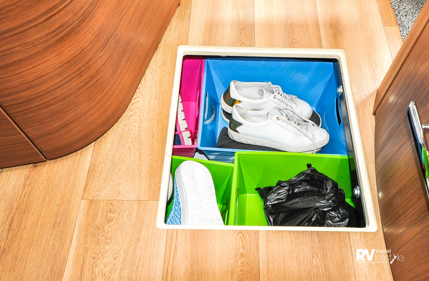 Underfloor shoe locker