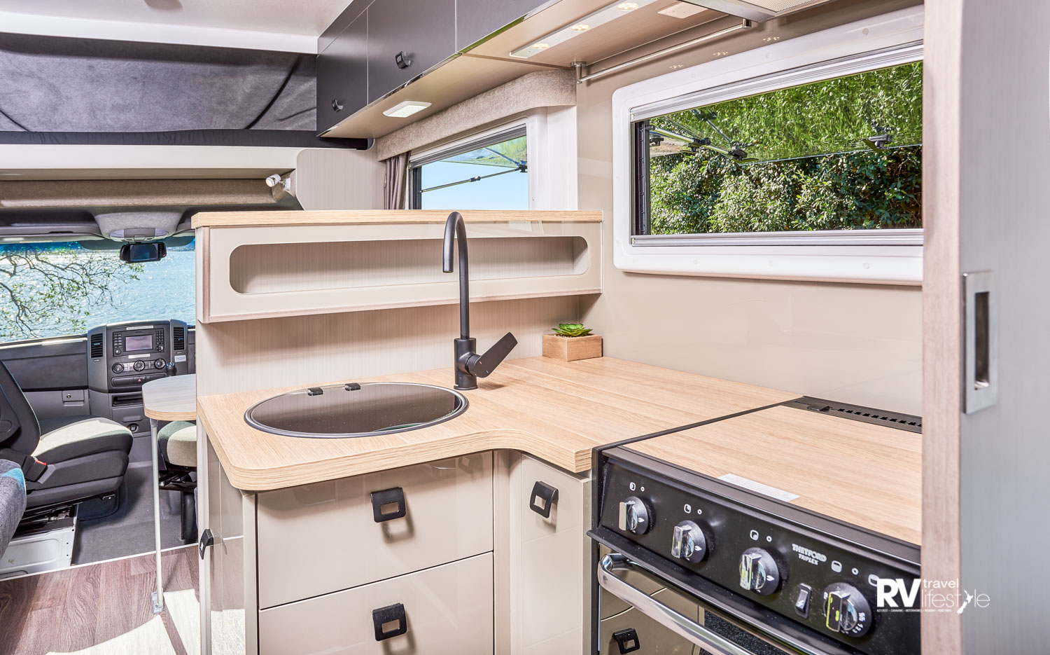 An L-shaped galley – compact yet highly functional