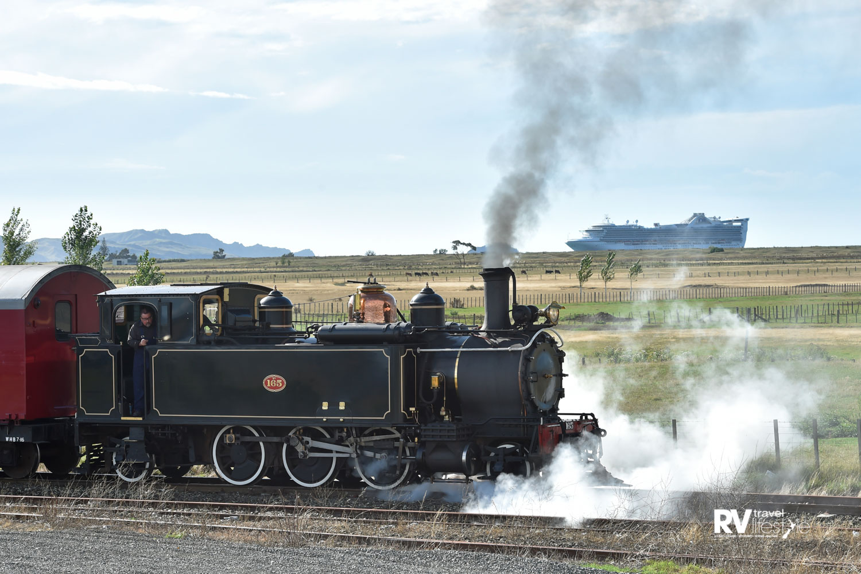 WA 165 vintage steam locomotive and the cruise ship Golden Princess in the bay. Photo courtesy Gisborne Herald