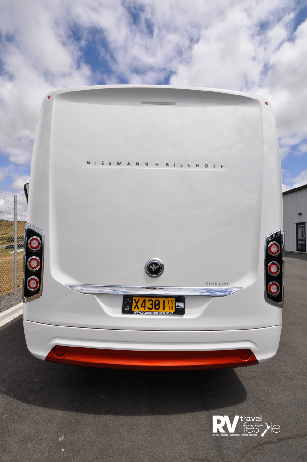 Front mask, fenders, wheel cases and rear panel made of highly stable and corrosion-free glass-fibre composite material. Side skirts are smooth aluminium profiles