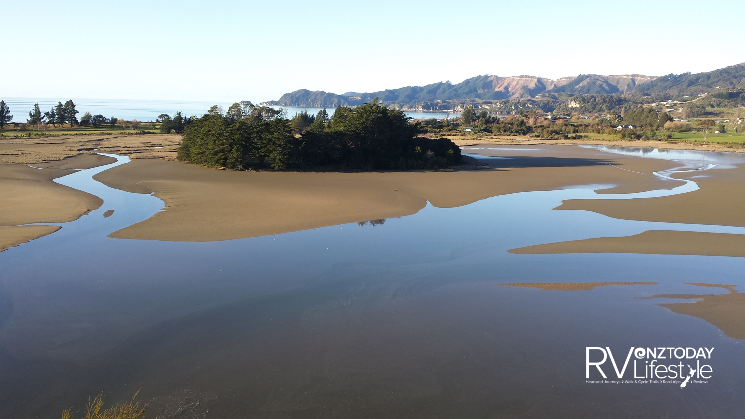 A spectacular view across Motupipi Estuary to Golden Bay beyond, from the top of The Knoll trail (Jonathan Kennett)